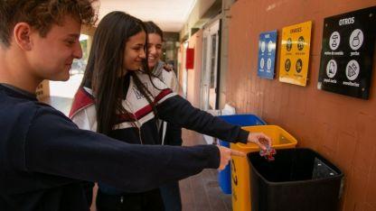 Alumnos separan y ayudan a reciclar residuos.