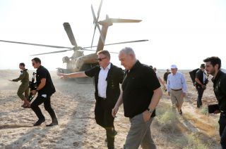 Tipos duros. Benjamin Netanyahu, en primer plano, y atrás, con gorra, John Bolton, ayer en Israel.